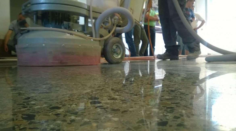 Na czym polega proces renowacji, pielęgnacji, szlifowania i polerowania posadzki kamiennej?
